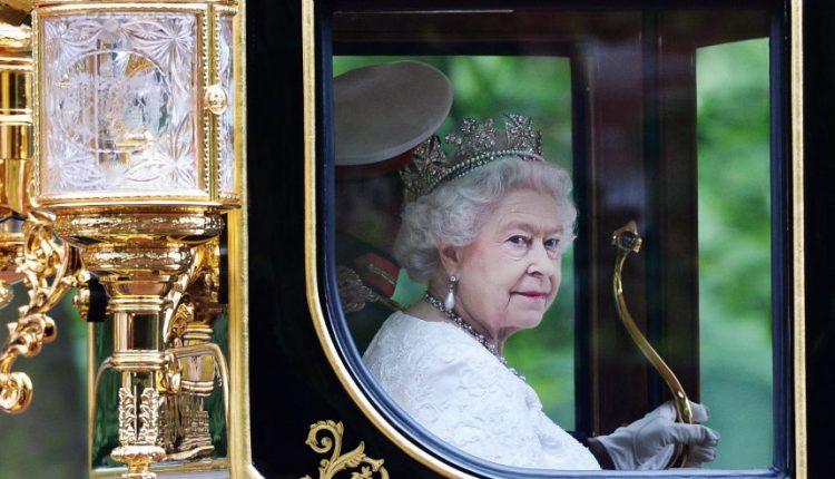 Karalienė Elžbieta II mini 65-ąją įžengimo į sostą sukaktį