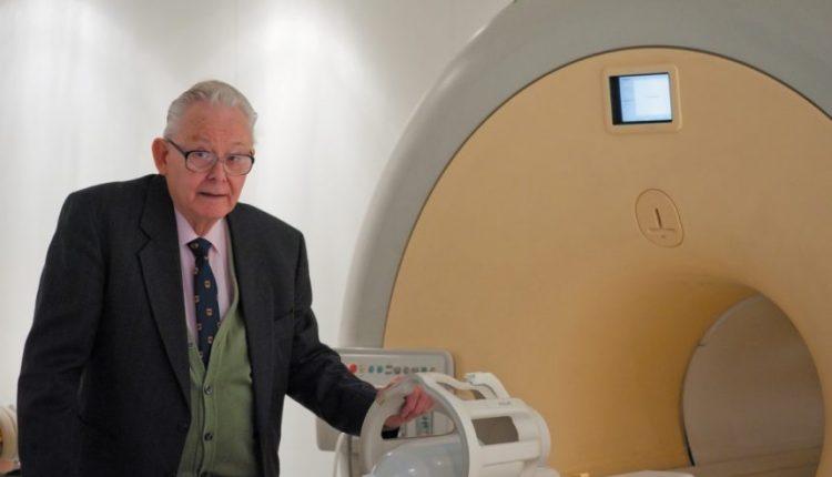 Didžioji Britanija: mirė Nobelio premijos laureatas ir magnetinio rezonanso tomografijos išradėjas P. Mensfildas