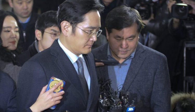 """Korupcijos skandalas: """"Samsung"""" vadovas apklausiamas antrą kartą"""