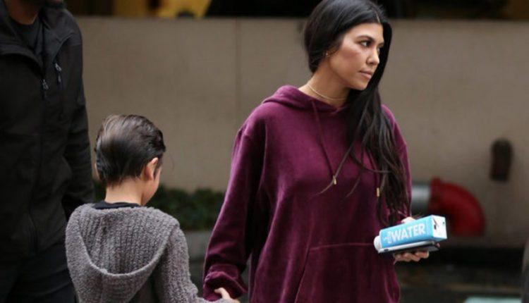 Pamiršo kelnes? Sūnų į mokyklą vedanti Kardashian gavo kritikos rykščių