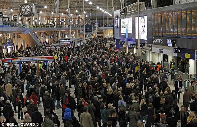 Mašinistų streikas paralyžiavo susisiekimą geležinkeliu Didžiojoje Britanijoje