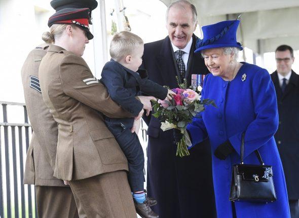 Anglijoje dviejų metų berniukas nepabijojo parodyti savo charakterio karalienės Elizabeth akivaizdoje