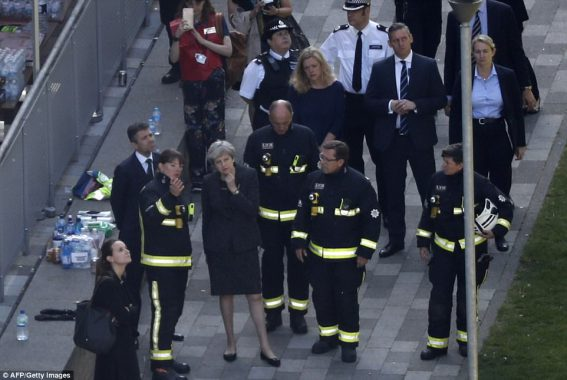 Mažiausiai 79 žmonių gyvybes nusinešusio gaisro Londono daugiabutyje Didžiosios Britanijos premjerė Teresa Mei pripažino institucijų klaidas