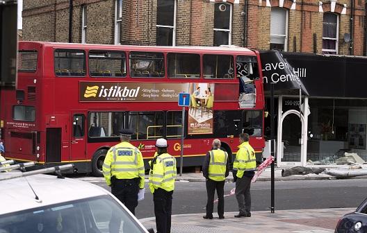 Londone dviaukštis autobusas įsirėžė į parduotuvę, nukentėjo devyni žmonės