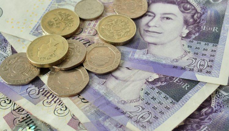 JAV doleris toliau pinga euro, jenos ir svaro atžvilgiu