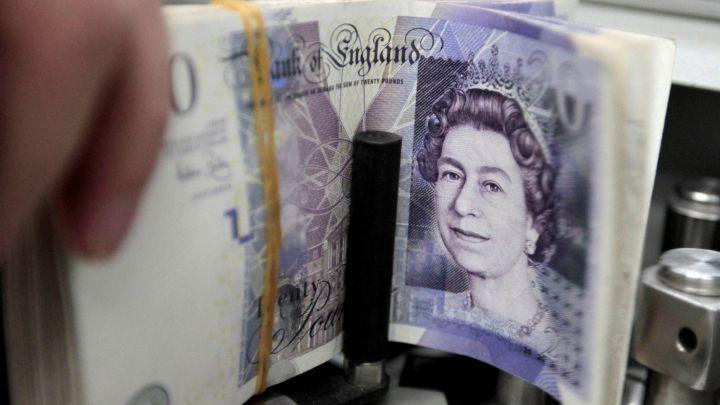 JAV dolerio kursas toliau smunka, tuo tarpu svaras brangsta
