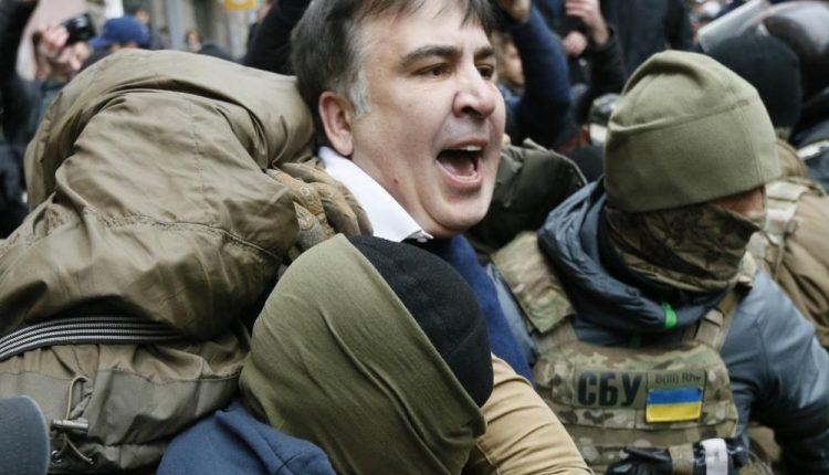 Michailas Saakašvilis per kratą jo bute Kijeve sulaikytas, protestuotojai neleidžia jo išvežti