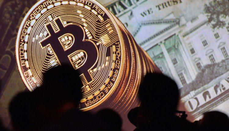 Bitkoino kursas smuko žemiau 12 tūkst. JAV dolerių kartelės