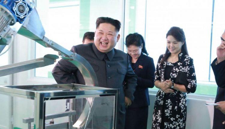 Kim Jong-unas teigia, kad branduolinių raketų paleidimo mygtukas – visada ant jo stalo