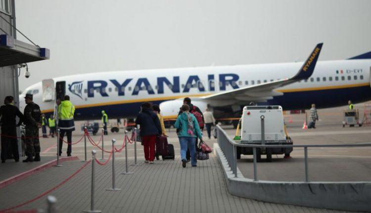 """Nekantrus """"Ryanair"""" keleivis nusprendė lėktuvą palikti per avarinio išėjimo duris"""
