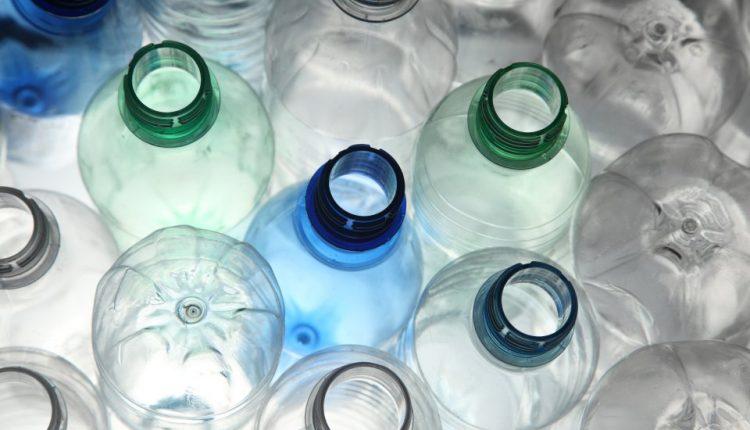 Britanija žada iki 2042 metų eliminuoti nebūtinas plastiko atliekas