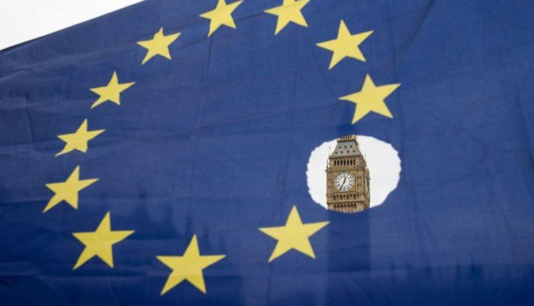 """JK turi rūpesčių dėl """"Brexit"""" sutarties, bet tikimasi su ES susitarti, sako May"""
