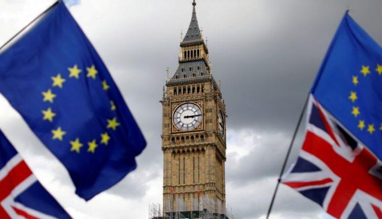 """Britų premjerė kviečia susiskaldžiusį ministrų kabinetą ieškoti kompromiso dėl """"Brexit"""""""