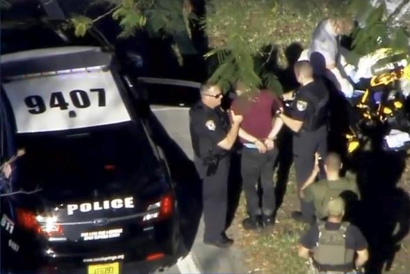 """Floridoje po šaudynių mokykloje esama """"daug aukų"""", įtariamasis sulaikytas"""