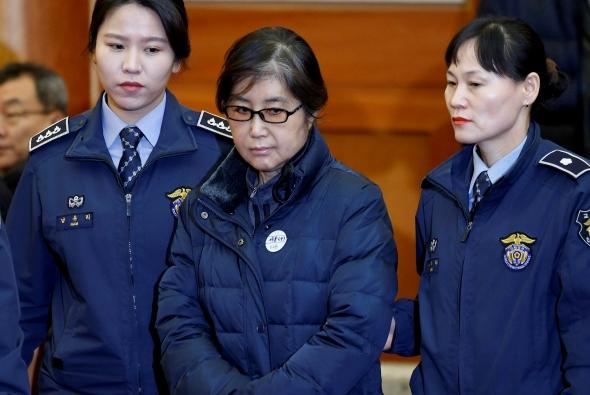 Prokurorai prašo nuverstą Pietų Korėjos prezidentę įkalinti 30 metų