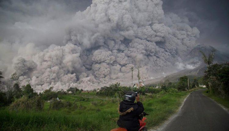 Įspūdingi vaizdai: Indonezijos ugnikalnis išspjovė į 5 km aukštį pakilusį pelenų stulpą