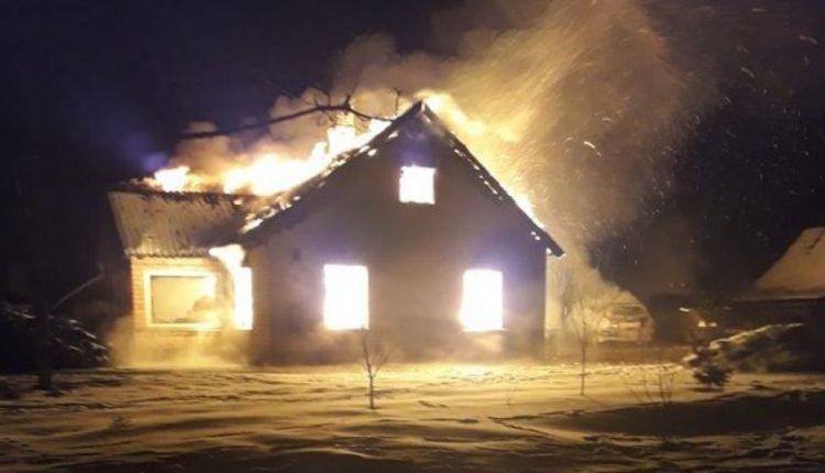 Kėdainių rajone visiškai sudegė gausios šeimos namas: liko net be dokumentų