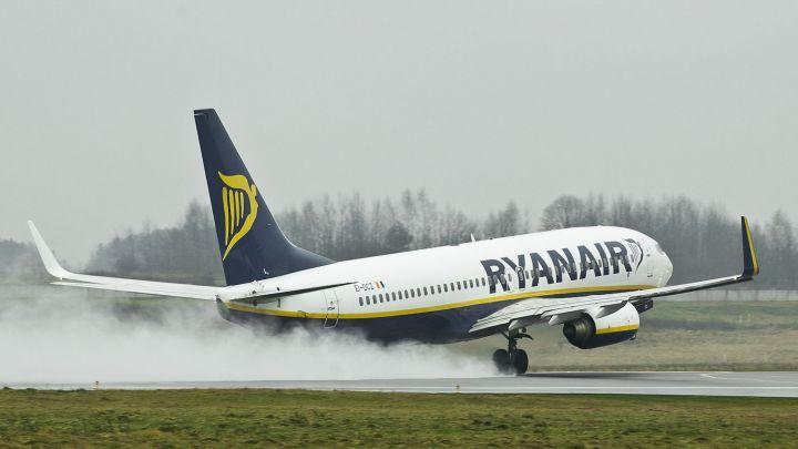 """Savo bazę uždaranti """"Ryanair"""" atsisakys ir vieno skrydžio iš Didžiosios Britanijos į Lietuvą"""