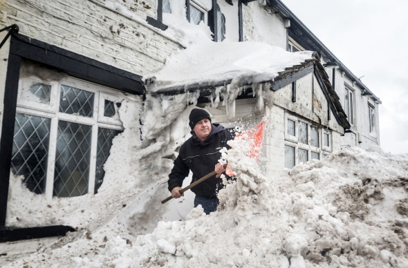 Dėl sniego teko atšaukti skrydžius Britanijoje ir Airijos regbininkų sutiktuves