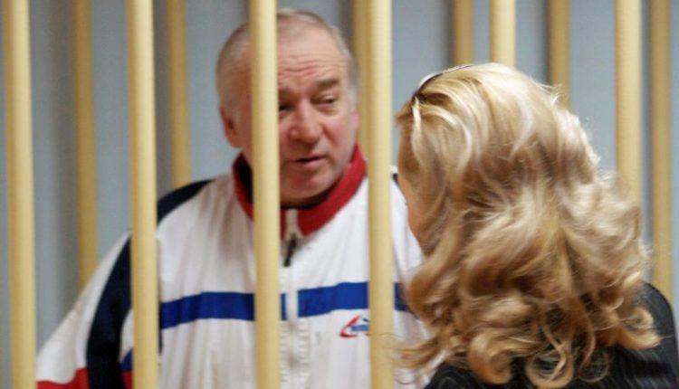 Britų ekspertai tikrina apnuodyto buvusio rusų šnipo automobilį