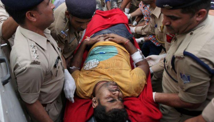 Tragiška avarija Indijoje: nuo tilto nulėkus sunkvežimiui su vestuvininkais žuvo 25 žmonės