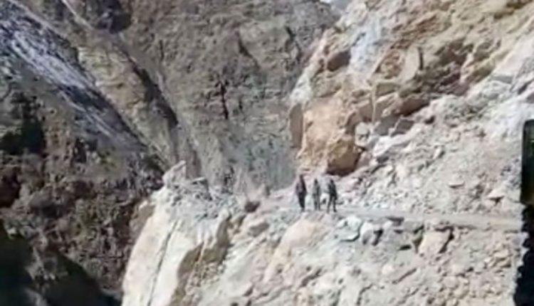 Rytų Indijoje autobusui nulėkus į išsausėjusią upės vagą žuvo 12 žmonių