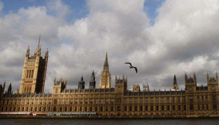 Dėl įtartino paketo prie Britanijos parlamento į ligoninę paguldyti du žmonės