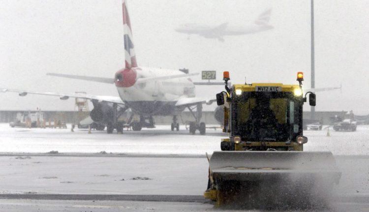 Dėl grįžtančių žiemiškų orų Londone atšaukta per 100 skrydžių