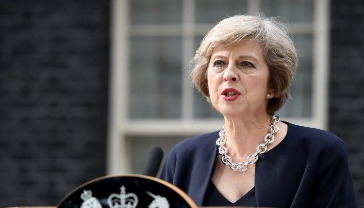 JK įšaldo diplomatinius aukšto lygio ryšius su Rusija, pareiškė May