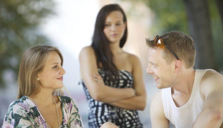 Pasikeitė santykiai su vyru? 3 požymiai, kad jis mylisi su kita