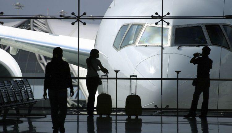 Tėčio juokelis oro uoste privertė rausti iš gėdos: lagamine rado kai ką netikėto