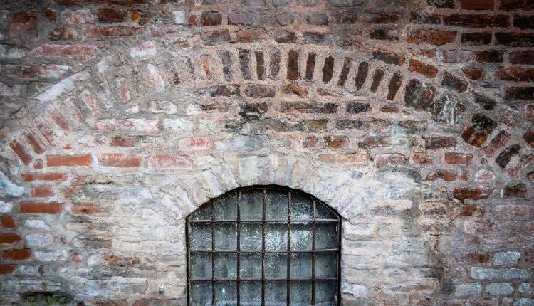 Seną slaugos namų pastatą tyrinėjęs vyras atrado slaptą kambarį su grotomis: čia buvo įkalinti Jehovos liudytojai?