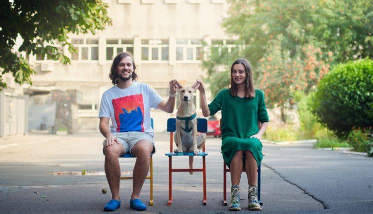 Vienišas šunelis vaikštinėjo gatvėmis ir prašė pagalbos, bet dabar jis keliauja po visą pasaulį